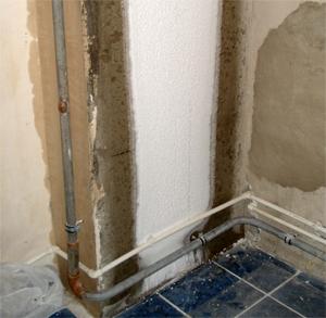 Изморозь на стене ванной комнаты в месте расположения вытяжного канала