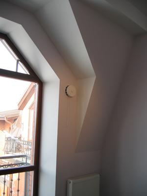 Приточный клапан расположен на уровне верхней трети окна над отопительным прибором